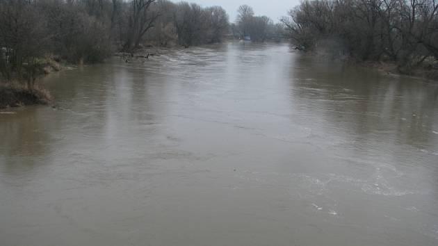 Rozvodněná Morava u Rohatce.