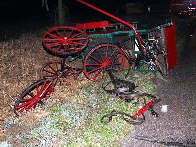 Čtyři zranění si vyžádala dopravní nehoda automobilu a koňského povozu, ke které došlo v úterý u Čejče. Zranil se také kůň, který povoz táhl.