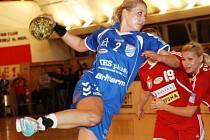 Veselská spojka Monika Rajnohová (v modrém) zaznamenala proti Šaľe čtyři branky.