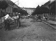 Příprava podkladu pro dlažbu v ulici Legionářů.