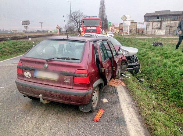 Čelní srážka dvou aut uVlkoše.