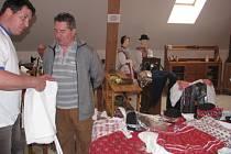 Repríza loňského Krojového bazaru se vydařila. Více než stovce zájemců o kroje a jejich součásti nabízelo deset prodejců.