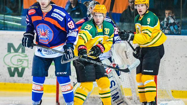 Hodonínští hokejisté (oranžovo-modré dresy) zakončili první polovinu základní části výhrou ve Vsetíně 5:3.