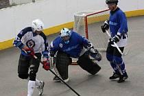 Okresní hokejbalová liga o víkendu skončila. Do play off jde z prvního místa Rigum A (bílé dresy).