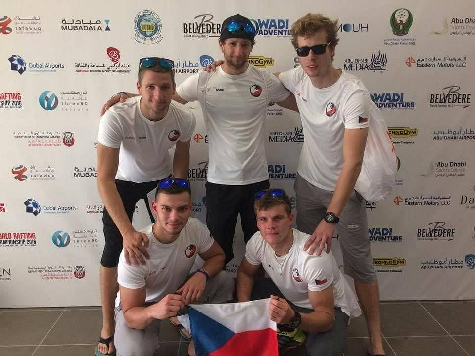 Mladí hodonínští raftaři  Antonín a Tomáš Martinkovi, Vojtěch Přikryl a Jindřich Blanář se uprostřed pouště na umělém slalomovém kanále ve městě Al Ain stali v kategorii mužů do třiadvaceti let mistry světa.