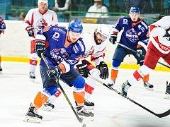 Hodonínští hokejisté (v modrooranžových dresech) ve 30. kole druhé ligy neudrželi vedení a v Opavě gólem z poslední minuty smolně prohráli 2:3.