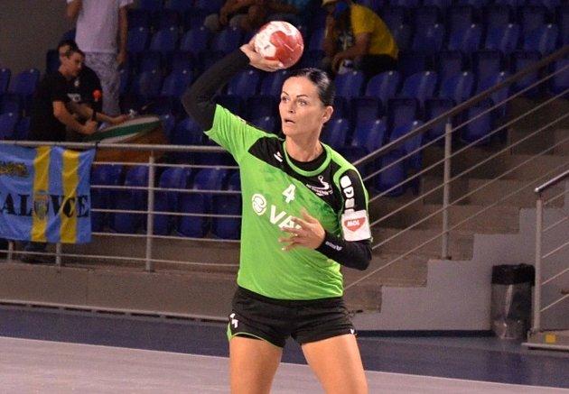 Hodonínské házenkářky na první body v MOL lize stále čekají. Porážku v Olomouci musela zkousnout i zkušená spojka Alžběta Tóthová (na snímku).
