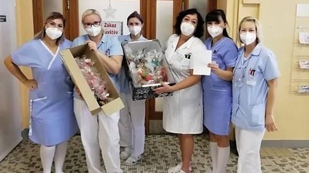 Ručně vyráběná mýdla z Domanína dostal personál Nemocnice Kyjov.
