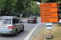 Kvůli výstavbě okružních křižovatek průjezd Veselím nad Moravou komplikuje řada uzavírek a objízdných tras.