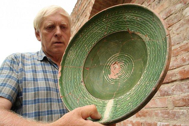 Archeolog Jiří Pajer s habánskou keramikou. Ilustrační foto