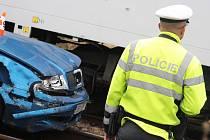 Nehoda mezi Vlkošem a Vracovem, která se stala v úterý 3. září. Řidič skončil s autem v kolejišti.