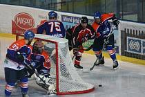 Hodonnínští hokejisté (v modro-oranžových dresech) porazili v úvodním přípravném zápase slovenskou Trnavu 5:3. Drtiči vyrovnaný duel rozhodli dvěma slepenými góly v 53. minutě.
