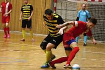 Hodonínští futsalisté (v červených dresech) prohráli v posledních kole s favorizovaným Volfířovem 6:8 v druhé lize skončili na sestupové jedenácté příčce.