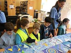 Jako součást Dne v modrém na podporu Dne porozumnění autismu si mohli kyjovští studenti a žáci prohlédnout výtvory svých kolegů. Některá díla patřila i žákům s autismem.