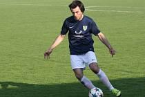 Údajná ruka obránce Michala Vydařilého (u míče) ovlidvnila nedělní duel Mutěnic v Bystrci. Hosté inkasovali z přísně nařízené penalty gól a nakonec na hřišti Dosty prohráli 0:4.