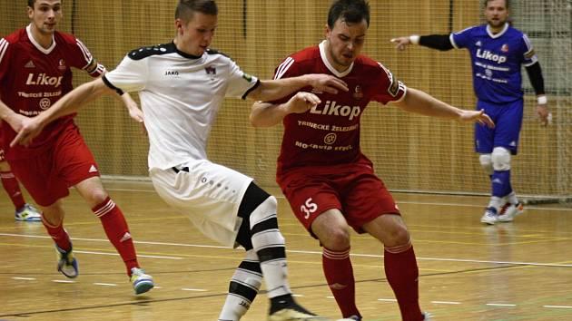 Hodonínští futsalisté doma podlehli Třinci 3:4. Tango z herní a výsledkové mizérie nedostal ani mladý útočník Bohumír Doubravský (na snímku v bílém dresu).