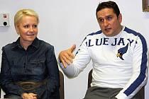 Trenér SHK Hodonín Libor Žilka v pátek trpělivě odpovídal na dotazy fanoušků. Na tiskové konferenci seděl vedle šéfky druholigového klubu Jany Gajošové.