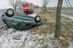 Za hustého sněžení na namrzlé vozovce dostala řidička smyk u Blatnice, auto skončilo na střeše.