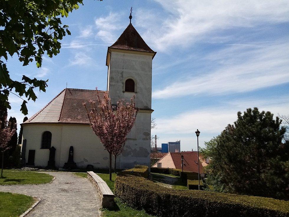 Na návrší nad městem stojí dominantní barokní kaple či kostelík svatého Josefa obklopený několika náhrobky. Před ní tady stával farní kostel, a to svatého Martina. Ten měl být dokonce postavený už v románském slohu.