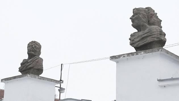 Předobrazem takzvaných svatoborských opic, bust na bývalém panském dvoře ve Svatobořicích-Mistříně, byl římský bůh Janus. Ač měl čtyři tváře, bývá ztvárněný se dvěma. Ztělesňoval přeměnu, byl i bohem dveří a vchodů.