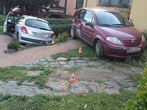 Mladý řidič pod vlivem drogy naboural v Čejkovicích do zaparkovaného auta před domem.