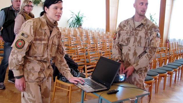 Silvie Václavíková a Přemysl Gottwald se při besedách snaží, aby prostřednictvím dětí zlepšili obraz armády ve společnosti.