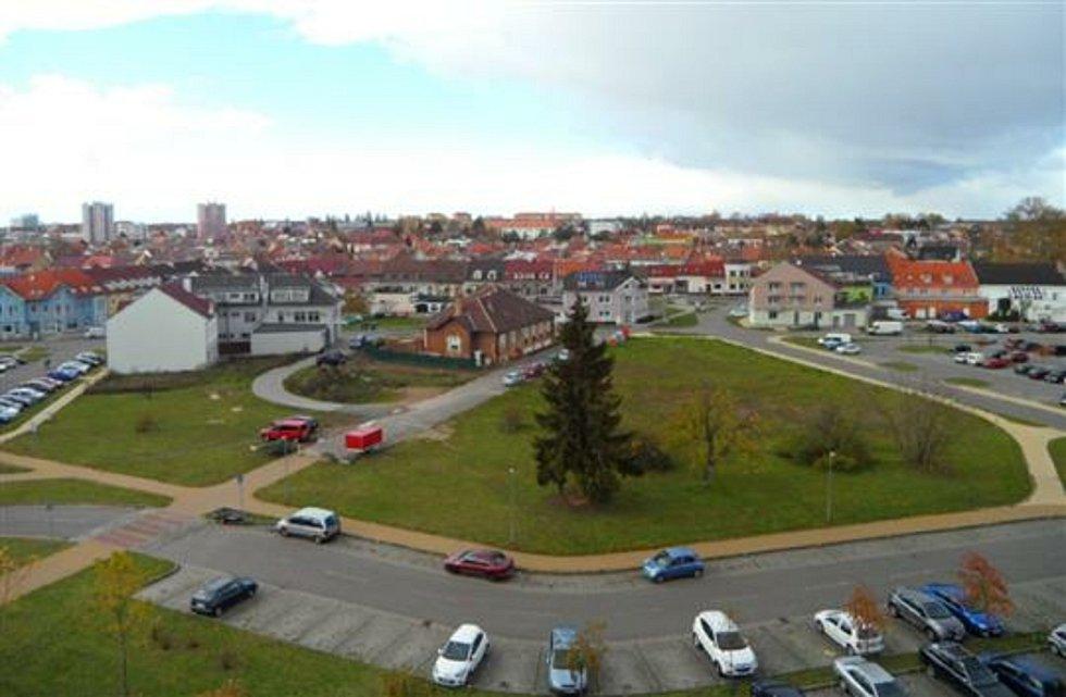 Z původní podoby Horní Plesové zůstala na snímku jen cihlová budova bývalé hodonínské nemocnice, pozdější školky.