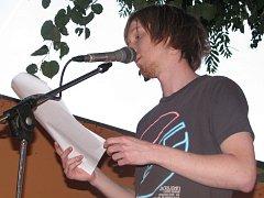 Na zahrádce jedné z hodonínských restaurací se představila pětice místních autorů. Čtení doprovodili i muzikanti.