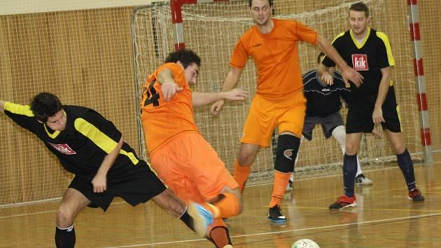 Futsalisté Dubňan (v oranžovém) prohráli v osmém kole okresního přeboru s New Stars Hodonín 2:8.