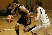 Hodonínští basketbalisté (v černých dresech) nezvládli v oblastním přeboru duel o první místo, když doma podlehli béčku Šlapanic 58:69.