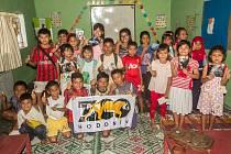 Záchranný program Kukang chrání outloně na Sumatře již šest let. Zapojená je i Zoo Hodonín. Na snímku jsou děti navštěvující anglickou enviromentáln í školu.