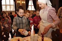 Ukázky výroby vánočních ozdob a přiblížení zvyků v Masarykově muzeu.