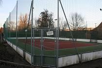 Víceúčelové hřiště slouží obyvatelům Hýsel ke hře tenisu, fotbalu, nohejbalu a dalších sportů. Nachází se za bývalou pálenicí v níže položené části obce.