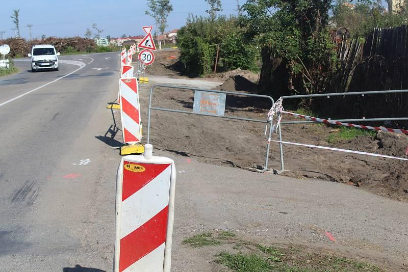 Stavba nového úseku stezky pro cyklisty a pěší u Hodonína směrem na Lužice.