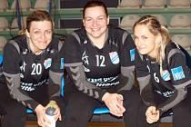 Pětatřicetiletá brankářka Brittermu Dagmar Vyhlídalová (usprostřed) si se svými kolegyněmi Darinou Zvoničovou (vlevo) a Vandou Nejezchlebovou rozumí.