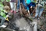 Žáci základní školy v Lovčicích vyčistili pramen Helena.