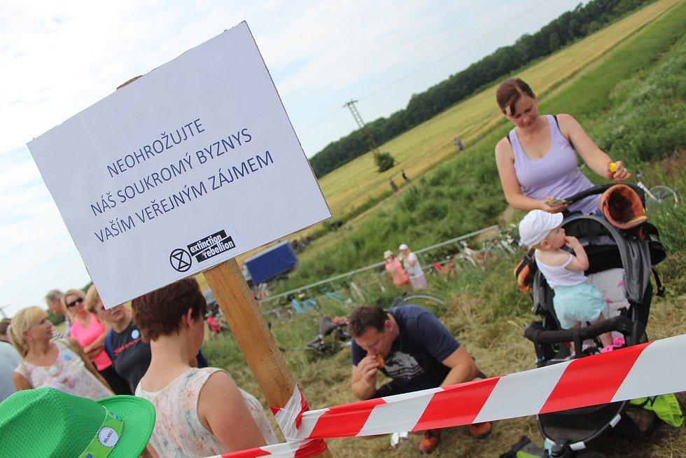 Protestní pochod za lidi pro vodu! Účastníci se postavili proti plánované těžbě štěrkopísku v blízkosti prameniště pitné vody.