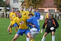 Ratíškovický P. Kotásek odvrací míč před Lipčíkem.