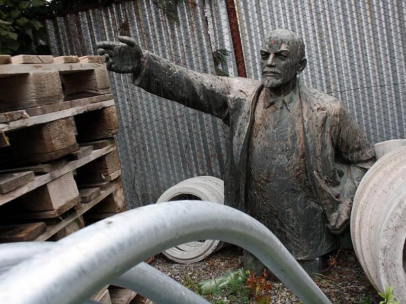 Odhalení pomníku se sochou Vladimíra Iljiče Lenina v Kyjově se uskutečnilo u příležitosti třiašedesátého výročí Velké říjnové socialistické revoluce 11. listopadu 1980, sto deset let po Leninově narození. Lenin se ale v Kyjově na moc dlouho nezabydlel. So