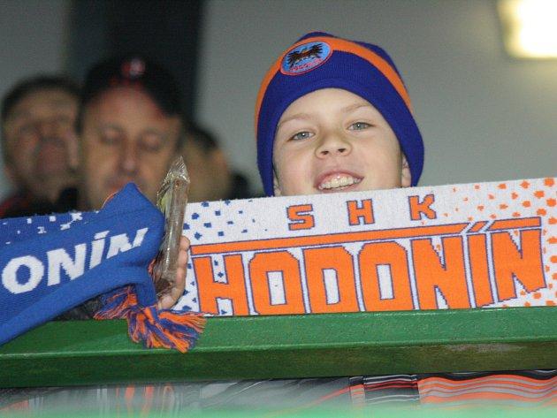 Hodonínští hokejisté porazili ve 20. kole druhé ligy Opavu 2:1. Z těsné výhry měl velkou radost i jeden z mladých fanoušků Drtičů, který si užil i děkovačku s hráči.