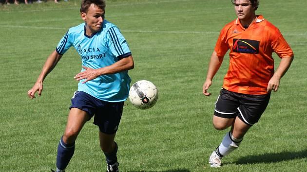Zkušený útočník Hroznové Lhoty Jan Jagoš (vlevo) se na demolici Nikolčic podílel hattrickem. Trauben zvítězil jasně 8:1.