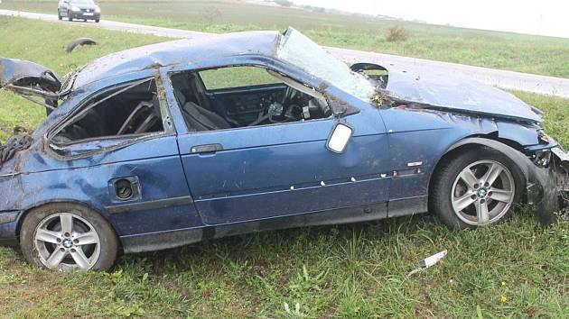 Smyk na mokré vozovce poslal v neděli dopoledne do silničního příkopu osmačtyřicetiletého řidiče BMW mezi Bzencem a Vracovem.