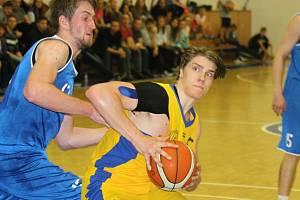 Kyjovští basketbalisté (ve žlutém).