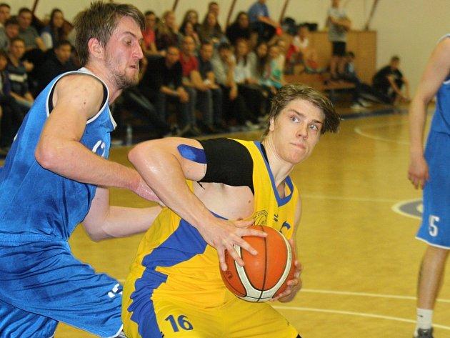 Kyjovští basketbalisté (ve žlutém) v úvodním semifinále play-off oblastního přeboru podlehli favorizovanému týmu SAM Brno 47:61 a v úterní odvetě budou dohánět čtrnáctibodovou ztrátu.