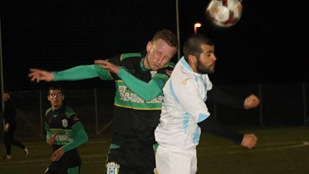 Fotbalisté divizního Bzence zvítězili na umělé trávě ve Veselí nad Moravou nad domácím týmem 3:1. V hlavičkovém souboji se potkali i veselský útočník Adam Pollák (v bílém dresu) s obráncem Slovanu Janem Mokrým.