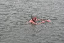 Teplota vzduchu plus dva stupně. Ideální čas ohřát se v o stupeň teplejší vodě. Jak pro koho. Pro Veselana Františka Holka a Josefa Solaříka z Hroznové Lhoty ano. Ti to dva otužilci se v sobotu odpoledne ponořili do studených vod řeky Moravy.