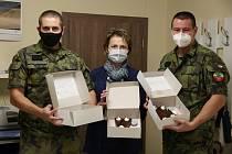 Vojáci, kteří pomáhali v době pandemie koronaviru v Nemocnici Kyjov, se dočkali sladké odměny.