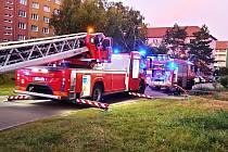 K požáru bytu v panelovém domě vyjížděli v neděli ráno hasiči. Museli evakuovat obyvatele.