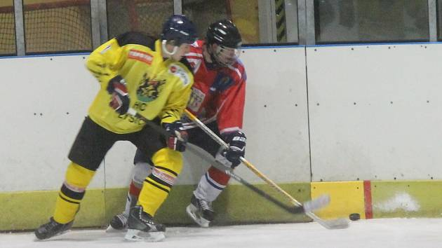 Na snímcích hokejisté Sloupu (v červeném), kteří hrají o umístění ve skupině o sedmé až dvanácté místo. O víkendu porazili těsně Lysice 2:1.