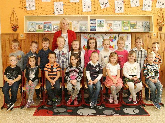 Žáci první třídy ze ZŠ Lipovec spaní učitelkou Hanou Pliskovou.